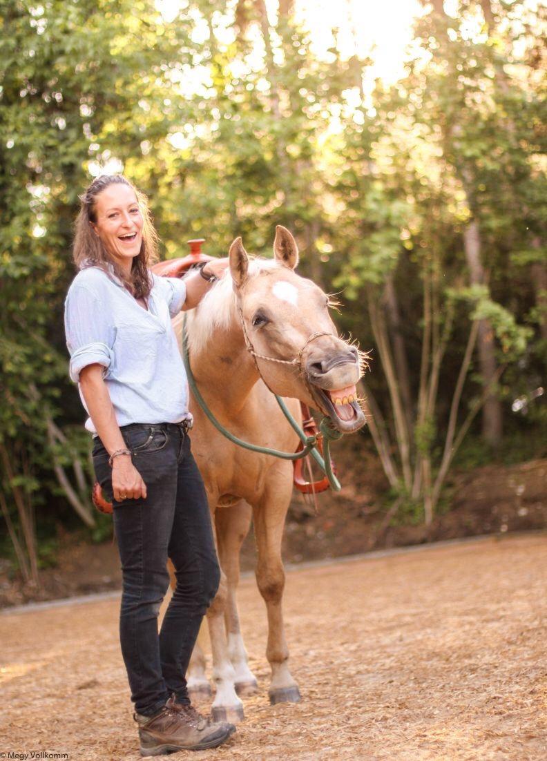 lachende Annette Taubmann mit lachendem Pferd
